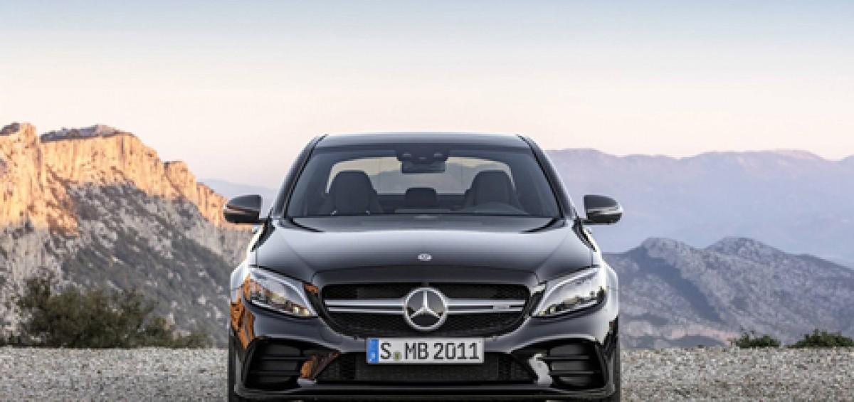 Ngắm nhìn Mercedes-Benz C43 AMG 201 trình làng trước ngày ra mắt - 1 Mercedes-Benz đã tiến hành đợt nâng cấp giữa đời cho dòng C-Class (W205) - Một dòng sedan chủ lực bán chạy nhất của hãng. Trong đó, phiên bản hiệu năng cao C43 AMG sẽ được tăng công suất động cơ thêm 23 mã lực. Mercedes-AMG C43 2019 sedan sẽ có thêm những thay đổi nhẹ nhàng tinh tế và thể thao hơn tuy sẽ không khác biệt quá nhiều so với C-Class thông thường.  Ngắm nhìn Mercedes-Benz C43 AMG 201 trình làng trước ngày ra mắt - 2  Về ngoại thất, phần đầu xe trang bị cụm lưới tản nhiệt dạng 1 nan màu bạc Iridium mờ với logo Mercedes-AMG lớn nằm chính giữa và đèn pha Multibeam LED với 84 đèn LED nhỏ ở mỗi bên sẽ là trang bị tiêu chuẩn.Phần cản trước được tái thiết kế với hai hốc gió lớn ở hai bên. Cản sau mới mẽ hơn với bộ khuếch tán đặt thấp mạnh mẽ thể thao hơn, cụm đèn hậu LED cũng được sửa đổi đôi chút.  Cuối cùng, tổng thể xe thêm hài hoà với bộ mâm 05 chấu mới có kích thước 18 hoặc 19 inch (tuỳ chọn). Bên cạnh đó, C43 mới cũng sẽ cải thiện tính khí động học hiệu quả hơn.  Ngắm nhìn Mercedes-Benz C43 AMG 201 trình làng trước ngày ra mắt - 3  Ở phiên bản C43 AMG, xe được lắp động cơ xăng V6 dung tích 3.0L tăng áp kép (biturbo), các kỹ sư của Mercedes-AMG đã lắp đặt cho động cơ bộ tăng áp lớn hơn để tăng công suất lên tới 38 mã lực lên 385 mã lực ở vòng tua 6.100 vòng/phút, trong khi mô men xoắn cực đại vẫn giữ nguyên ở vòng tua máy 2500 vòng/ phút.  Mercedes-AMG C43 2019 phiên bản dành cho thị trường Mỹ sẽ cần 4,6 giây để tăng tốc từ 0 - 96km/h và tốc độ tối đa 209 km/h (130 mph). Tương tự như trước đây, sức mạnh được truyền xuống bốn bánh 4Matic thông qua hộp số tự động 9 cấp (9G-TRONIC).  Ngắm nhìn Mercedes-Benz C43 AMG 201 trình làng trước ngày ra mắt - 4 Về nội thất, xe được trang bị màn hình hiển thị đa thông tin kích thước 12,3 inch sau vô lăng với đầy đủ các chế độ xem như: Classic (cổ điển), Sport hoặc Supersport (thể thao). Mercedes-AMG C43 mới sẽ được trang bị một màn hình giải trí kích th
